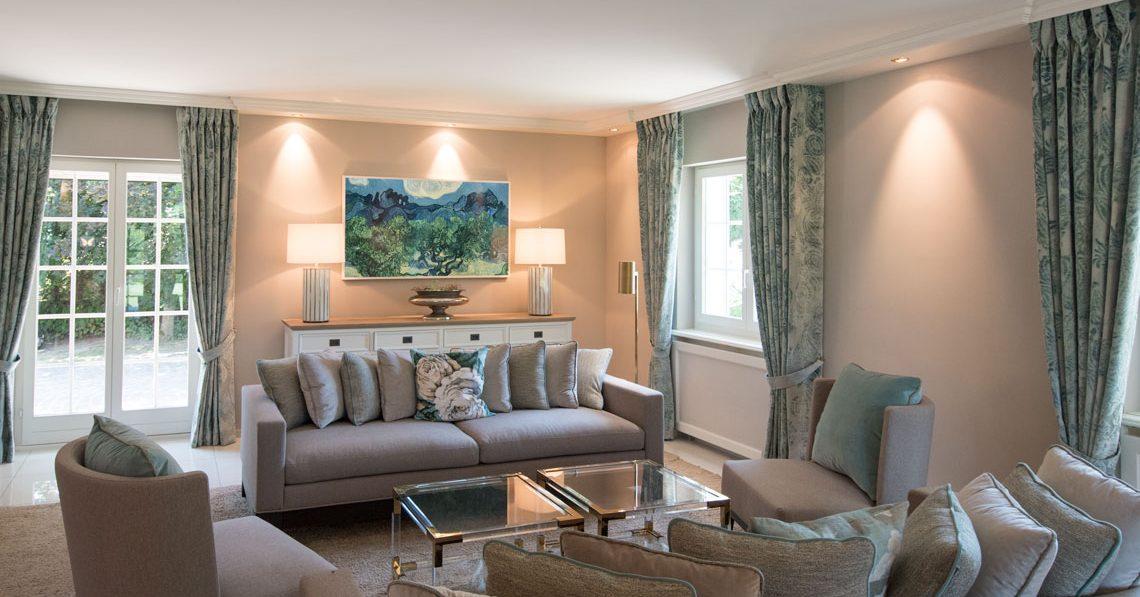 Wohnzimmer Farbe Taupe couch sessel Tuerkis tischleuchten