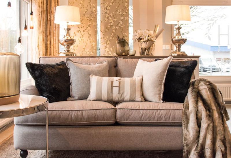 Couch mit Kissen richtig dekorieren - Dein Wohnzimmer-Guide | HOATÉ