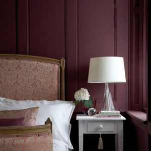 Little Greene Wandfarbe Adventurer 7 Schlafzimmer Schlafen Bett Weinrot Lampe