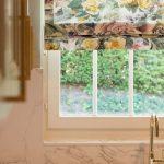 arbeitsplatte küche marmor optik Raffrollo Floral Blumen Wasserhahn Waschbecken