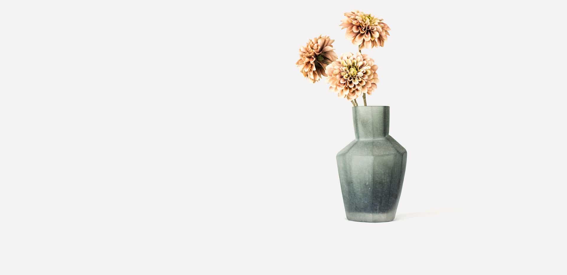 Interior Design online Shop - Glasvase grau mit Blumen