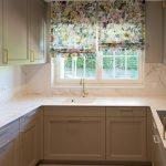 arbeitsplatte küche marmor optik Wasserhahn Herd Vorhänge Floral Blumen
