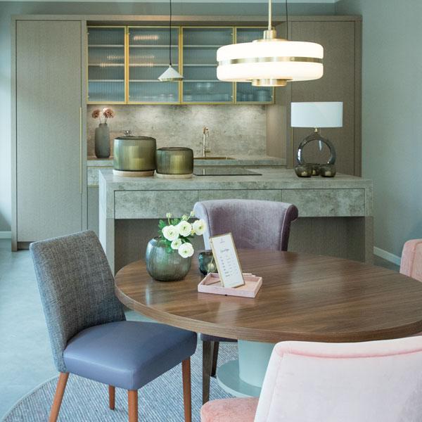 offene küche mit kochinsel Esszimmer Essbereich Stühle Tisch Lampen Deko