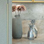 offene küche mit kochinsel Keramik Arbeitsplatte Vintage Vitrinenschrank Silber Messing Gold