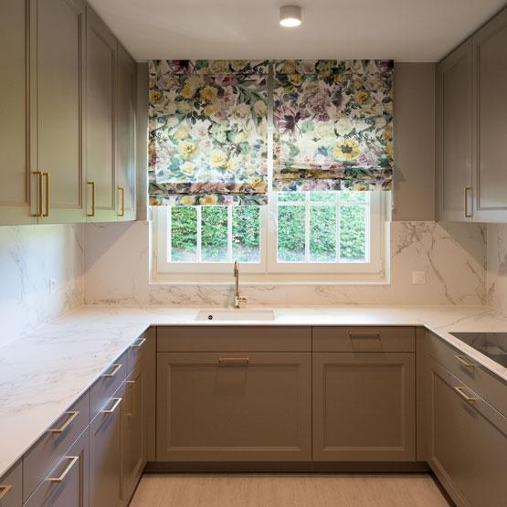 arbeitsplatte küche marmor optik Vorhänge Floral Blumen Wasserhahn Waschbecken