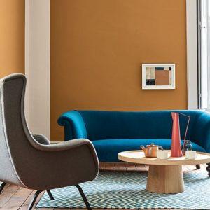 Little Greene Wandfarbe Middle Buff 122 Couch Sessel Tisch Wand Teppich Orange Wohnzimmer