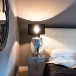 Schlafzimmer grau schwarz Bett Lampe Spiegel Nachttisch
