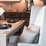 Sessel Grau Kissen Tisch Holz Gedeckt