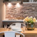 kleine wohnung einrichten intelligente wände Esszimmer Tisch Stühle Dunstabzug Blumen