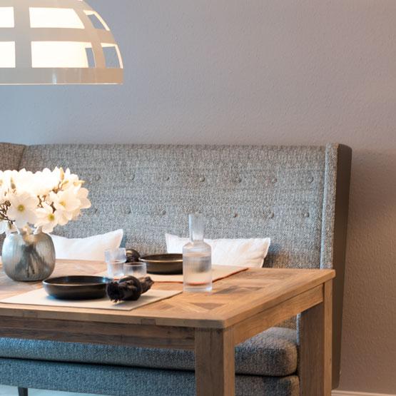 Sitzbank Tisch Kissen Lampe Blumen