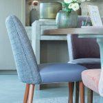offene küche mit kochinsel Essbereich Stuhl Blumen Tisch Lila Holz