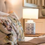 kleine wohnung einrichten intelligente wände Schlafzimmer Schlafen Bett Kissen Lampe