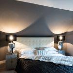 Schlafzimmer grau schwarz Bett Lampen Spiegel Vorhang Streifen