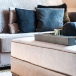 Wohnzimmer Grau Beige Couch Samt Sofa Deko Kissen schwarz