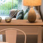 kleine wohnung einrichten intelligente wände Essbereich Wohnbereich Tisch Stuhl Couch Lampe