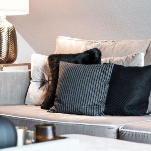 Little Greene Wandfarbe Perennial Grey 245 Wandfarbe Wohnzimmer Grau Beige Couch samt Sofa Kissen Leuchte bronze