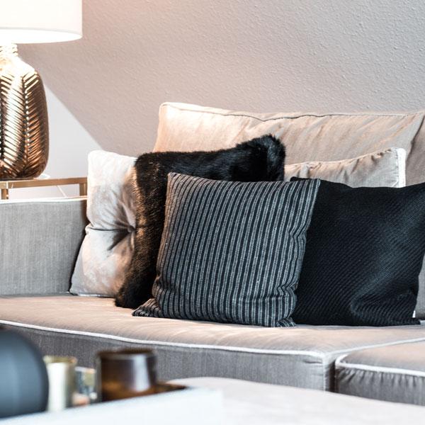 Wohnzimmer Grau Beige Mit Samt Couch Und Schwarzen Kissen Hoate