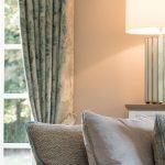 offener wohn und essbereich Wohnzimmer Kissen Vorhang Lampe Couch