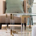 offener wohn und essbereich Wohnzimmer Tisch Messing Glas Sessel Kissen