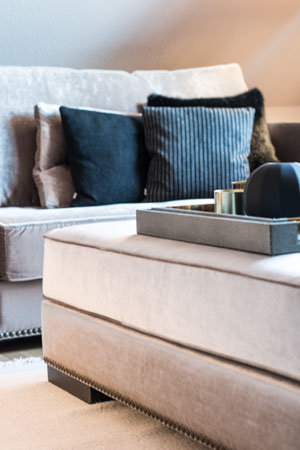 Wohntrends 2019 Couch samt taupe mit schwarzen kissen
