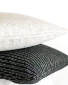 Stapel Kissen Streifen Schwarz Weiß Grau