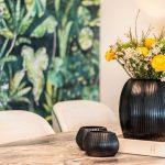 Offener Wohn Essbereich Tisch Esszimmer Vase Blumen Marmor
