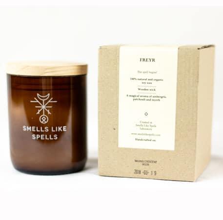 Smells Like Spells Duftkerze Freyr Patschouli & Myrrhe Kerze Duft Candle Holz