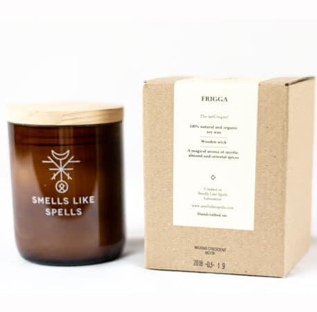 Smells Like Spells Duftkerze Frigga Myrrhe & Orient-Gewürze Kerze Duft Candle Holz