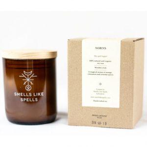 Smells Like Spells Duftkerze Norns Mango & Orient-Gewürze Kerze Duft Candle Holz