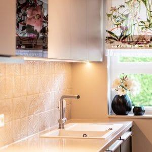Küche einrichten Idee Inspiration Blumenvorhang schwarze Vasen