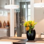 Stilvoller Essbereich Essstühle mit Armlehne Essbereich einrichten Esszimmer Ideen Einrichtungsideen Essen Bert Frank Pendelleuchten Esstisch Glas Leuchten Tisch