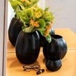 Flur gestalten mit Kissen Decken Leuchten Kerzen Duftkerzen Interior Design Inspiration Blog Tischleuchten schwarze Vasen Duftkerzen