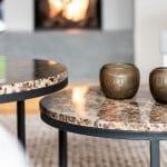 Wohnen mit Kamin Lounge Couchtische brauner Marmor Teelichthalter Guaxs Offenes Kamin Teppich Wohnzimmer gestalten