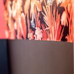 Interior Design Badezimmer Inspiration orangenes Bad florale Tapete runder Spiegel Blumen Detail Wand