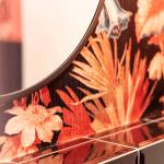 Interior Design Badezimmer Inspiration orangenes Bad florale Tapete runder Spiegel Blumen Detail