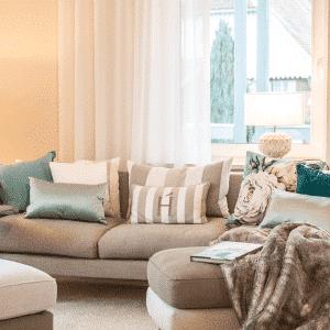 Interior Design Wohnzimmer Inspiration Kissen in kalten Farben Wohnzimmer einrichten Idee Streifenkissen Raumkonzept Einrichtung