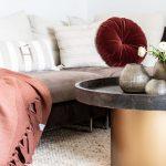 Wohnzimmer Couchtisch Guaxs Vasen Luiz Decke Hoaté Kissen rotes Kissen rote Decke Inneneinrichtung Ideen Einrichtungsideen Kundenprojekt Einrichtungskonzept Interior Design Räume planen