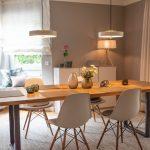 Esszimmer Tischdekoration Tisch dekorieren Hängeleuchte Tischleuchte Sitzecke Blumendekoration Vasen graue Esszimmerstühle Inneneinrichtung Ideen Einrichtungsideen Kundenprojekt Einrichtungskonzept Interior Design Räume planen