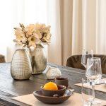 Esszimmer Tischgedeck Blumendekoration Guaxs Vase dunkler Esstisch Inneneinrichtung Ideen Einrichtungsideen Kundenprojekt Einrichtungskonzept Interior Design Räume planen
