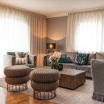 Wohnzimmer graues Sofa graue Sessel blaues Kissen Blumendekoration Kissendekoration Kissen auf Sofa dekorieren Leuchte Inneneinrichtung Ideen Einrichtungsideen Kundenprojekt Einrichtungskonzept Interior Design Räume planen
