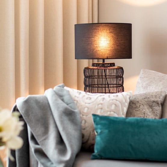 Wohnzimmer blaues Kissen Leuchte Sofa mit Kissen dekorieren Designers Guild Kissen Inneneinrichtung Ideen Einrichtungsideen Kundenprojekt Einrichtungskonzept Interior Design Räume planen