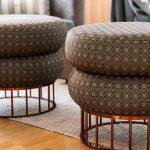 Wohnzimmer Pouf grauer Teppich Inneneinrichtung Ideen Einrichtungsideen Kundenprojekt Einrichtungskonzept Interior Design Räume planen